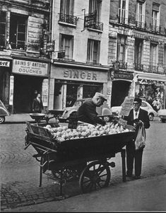 """Un marchand ambulant de pommes """"Golden"""" et de poires """"Louise Bonne"""", rue Saint-Antoine, vers 1955. Le """"Sully Hôtel"""" est toujours là aujourd'hui! Une photo de © Ervin Marton (Paris 4ème)"""