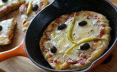 Receta sin Gluten / TACC Ingredientes: 40 grs de harina de garbanzo 1 Huevo 1 Chorrito de leche, otro de agua y otro de aceite de oliva 1 Pizca de sal Orégano c/n Queso rallado c/n Jamón (opcional) Salsa …