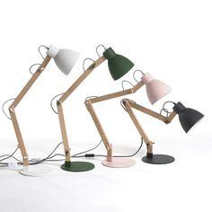 Fraîcheur et simplicité pour cette lampe à poser d'esprit scandinave, en chêne brut et métal époxy blanc mat. Câble électrique en coton gris. Bras et abat-jour inclinables avec mollette de serrage en métal. Douille E27, ampoule fluocompacte 20W maxi non fournie. Dimensions (dans   une position normale d'utilisation). L.45 x P.20 x H.7 cm.Compatible   avec des ampoules des classes énergétiques A.Cet article peut convenir pour une chambre d'enfant de plus de 14 ans selon la norme en vigueur.