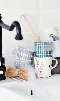 Uunin puhdistus – katso kuvalliset ohjeet   Meillä kotona Coffee Maker, Kitchen Appliances, Tableware, Gifts, Coffee Maker Machine, Diy Kitchen Appliances, Coffee Percolator, Home Appliances, Dinnerware