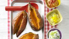 Farbenfrohes Zusammenspiel, das richtig Appetit macht: Ofenkartoffeln mit bunten Dips aus Süßkartoffeln   http://eatsmarter.de/rezepte/ofenkartoffeln-bunten-dips