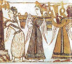 účesy: - rafinované, promýšlené, nedbalá elegance  - dlouhé vlasy spleteny na ramena a nahoře do drdolu - součástí účesů – čelenky, stužky a šňůrky perel - ženy – pokrývky hlavy do tvaru turbanu           - ženy rovny mužům           - všechny se věnovaly tkalcovství (vlna, len, hedvábí)           - kněžky ovládaly celou společnostkosmetika: - nalezeny palety a hřebeny šperky: - muži i ženy – jehlice do vlasů, náhrdelníky, náušnice a prsteny