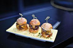 Mini burgers Mini Burgers, Party Platters, Finger Foods, Tapas, Entertaining, Breakfast, Festive, Recipes, Parties