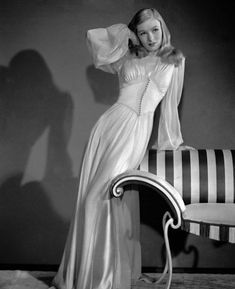 Film Noir Style: femme fatale Veronica Lake was photographed in costume for her role as Ellen Graham in This Gun for Hire circa Glamour Vintage, Glamour Hollywoodien, Vintage Lingerie, Vintage Beauty, Vintage Fashion, 1940s Fashion Women, Glamour Decor, 1940's Fashion, Luxury Lingerie
