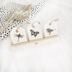 Der Kartenständer von @eulenschnitt wird heute einfach mal zweckentfremdet ♡ Unsere Osteranhänger aus Leinen passen perfekt in die Holzleiste und sind ein toller Hingucker für deinen Ostertisch. Eine süße Idee für deine Osterdeko oder als kleines Geschenk. #eulenschnitt #postkartenständer #kartenhalter #holzleiste #dekoideen #osterdeko #osterzeit #geschenkideen #kreativeideen #osteranhänger #anhänger #motive #libelle #schmetterling #vogel #tischdeko Gold Diy, Clothes Hanger, Cute Ideas, Creative Ideas, Decorating Ideas, Timber Mouldings, Birds, Stocking Stuffers, Postcards
