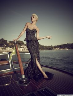 the most expensive little black dress.handmade by British fashion designer, Debbi Wingham, the dress has 55 black diamonds sewn in it and it is valued at a mere million! Fashion Week, Fashion Show, Fashion Design, Lifestyle Fashion, Fashion Addict, Nice Dresses, Prom Dresses, Formal Dresses, Awesome Dresses