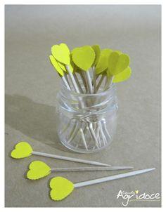 Kit com 20 toppers de corações amarelos.  Valor do kit: 13,00. R$ 13,00