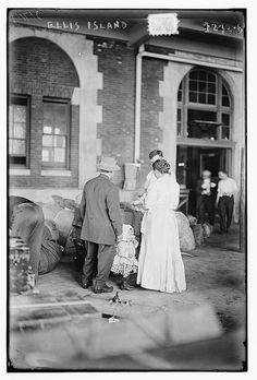 Immigration: Immigrant family at Ellis Island. New York City. Ellis Island Immigrants, History Photos, Interesting History, Vintage Photos, Vintage Photographs, Historical Photos, American History, Statue Of Liberty, New York City