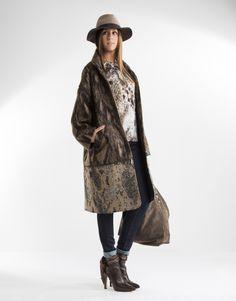 Abrigo oversize de mujer largo desmontable a través de cremallera en tonos marrones. Corte fluido y dos bolsillos laterales