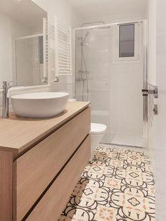 Baño con ducha y suelo hidráulico Best Flooring, Bathroom Renos, Ideas Para, Toilet, Sweet Home, Interior Design, Design Quotes, Hostel, Bricks