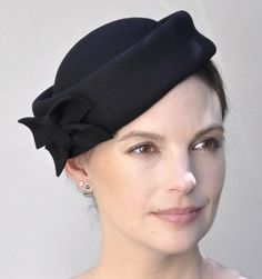 Ideas Wedding Guest Hairstyles With Fascinator Kate Middleton guest outfit with fascinator Black Fascinator, Fascinator Hats, Fascinators, Headpieces, Fascinator Hairstyles, Hat Hairstyles, Wedding Hats For Guests, Kate Middleton Hats, Felt Cowboy Hats