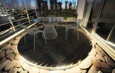 床下からライトアップされるルーフバルコニーの自宅カフェスペース