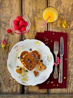 Heart shaped chocolate chip pancakes for Valentine's day! Breakfast Desayunos, Health Breakfast, Breakfast Healthy, Perfect Breakfast, Heart Shaped Pancakes, Valentines Breakfast, Heart Shaped Chocolate, Chocolate Chip Pancakes, Chocolate Chips