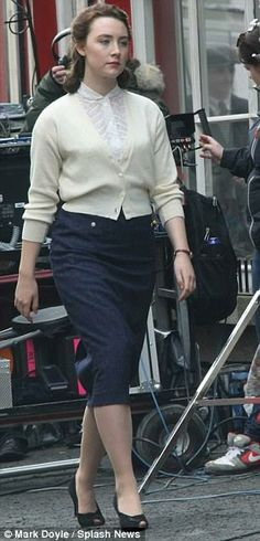 "Saoirse on the set of her new film "" Brooklyn "", jupe crayon chemisier dentelle"