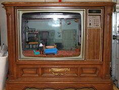 Maker Matt Davidson used a discarded wood tube television frame to create a fish tank inspired by the popular television show Seinfeld. The interior of the tank is designed to look just like .