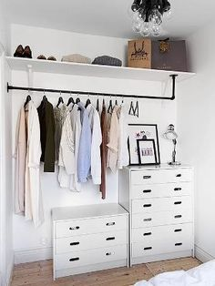 7 Ideas to transform a spare room into a closet (Daily Dream Decor) Too many clothes and not enough space in your bedroom? Well, it' time to think about a spare room. A pantry, a hallway, or another extra bedroom can. Closets Pequenos, Dressing Pas Cher, Dressing Area, Dressing Tables, Mini Dressing, Creative Closets, No Closet Solutions, Small Space Solutions, Wardrobe Solutions