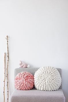 The best DIY projects & DIY ideas and tutorials: sewing, paper craft, DIY. Diy Crafts Ideas DIY Tutorial for a chunky knitted round pillow with short rows and kitchener stitch grafting of garter stitch, Anleitung für gestricktes Cute Pillows, Diy Pillows, Pillow Ideas, Knitting Patterns Free, Free Knitting, Free Pattern, Giant Knitting, Diy Sharpie, Diy Love