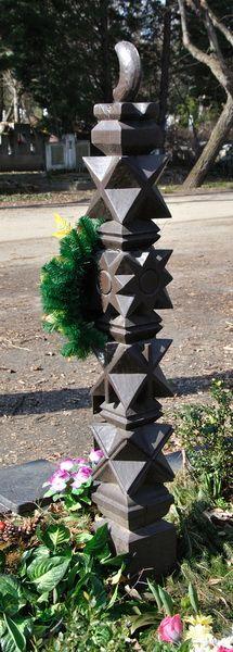 Temetõkben található általam faragott kopjafák, fejfák. www.kopjafa.hu