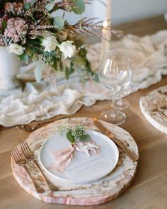 Style Me Pretty: «With a marble charger, rose gold flatware and whimsical centerpiece, this tablescape is the epitome of earthy elegance
