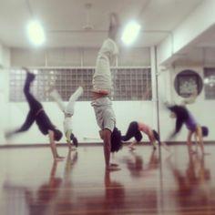 Entrenando capoeira en #UneArte #Bananeira #CapoeiraSenZala