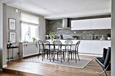 Harmaan monet eri sävyt leikittelevät kauniisti tässä tyylillä sisustetussa 63 neliön kodissa, jonka keittiö ja olohuone erottuvat omiksi alueikseen askelman luoman korkeusvaihtelun avulla. Samalla tilat ovat kuitenkin yhtenäinen ja avoin kokonaisuus, jossa voi viettää mukavasti yhteistä aikaa. Asunto on myynnissä Bjurfors -sivustolla.  Keittiö on italialaisen Arritalin käsialaa ja se tuo minimalistista tyylikkyyttähallitun, mutta moninaisen harmaan sävyjen rinnalle. Integroidut…