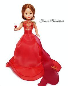 Vestido número 56. De la colección Grandes diseñadores para Nancy. De Planeta Agostini. Barbie, Girl Doll Clothes, Girl Dolls, Pram Toys, Nancy Doll, America Girl, Old Dolls, Cute Dolls, Vintage Dolls