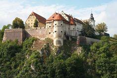 Jedem, der nach Heidenheim kommt, fällt zuerst das Schloss ins Auge. Egal, aus welcher Himmelsrichtung - das Schloss ist schon von weitem sichtbar.Wie ein Beschützer thront das Wahrzeichen der Stadt in 74 Meter Höhe auf dem Hellensteinfelsen.
