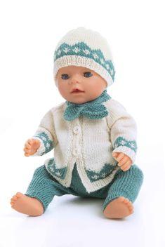 Jakke, bukse, lue og skjerf - Viking of Norway Knitted Doll Patterns, Baby Sweater Knitting Pattern, Knitted Dolls, Doll Clothes Patterns, Baby Knitting Patterns, Girl Dolls, Baby Dolls, Baby Born Clothes, American Doll Clothes