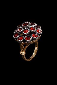 Rosa di Cagliari. Quest'anello è l'antico anello di fidanzamento delle dame de Casteddu e susu. Veniva donato dal futuro sposo alla promessa sposa, in occasione del fidanzamento ufficiale.Giesse