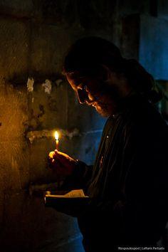 6-4-2015 Έναρξη της Μ. Εβδομάδας σήμερα και οι απανταχού Ορθόδοξοι γιορτάζουν το Πάσχα με ήθη και έθιμα που η παράδοση μας άφησε για κληρονομιά. Ένας καλόγερος προσεύχεται στον Άγιο Τάφο στην Ιερουσαλήμ για την ειρήνη και την ευημερία αυτού του κόσμου.