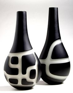 Anu Penttinen - looks like black slip, wax a pattern, then wipe away the slip & a little clay from the non-waxed, negative areas Bottle Painting, Bottle Art, Bottle Crafts, Ceramic Vase, Ceramic Pottery, Pottery Art, Cerámica Ideas, Sculptures Céramiques, Pottery Techniques
