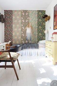 Love this combination of william morris wallpapers!, this combination of william morris wallpapers! William Morris Wallpaper, Morris Wallpapers, Bold Wallpaper, How To Hang Wallpaper, Botanical Wallpaper, Fabric Wallpaper, Flower Wallpaper, Casa Milano, Turbulence Deco