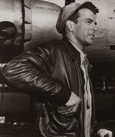 Montgomery Clift The best leather jackets are the timeless ones, not the overly trendy ones that people will find laughable a decade after creation. Golden Age Of Hollywood, Hollywood Stars, Classic Hollywood, Old Hollywood, Montgomery Clift, Candice Bergen, Vivien Leigh, Leather Flight Jacket, Best Leather Jackets