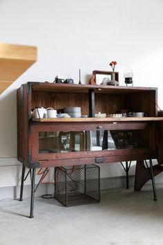 こちらの食器棚は元は古い桐箪笥。古き良きレトロさは残しつつ、使い勝手を熟考して良彦さんがリメイク。