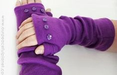 Sewing Fabric Tutorial: Easy fleece arm warmers - Our Peaceful Planet shares a free pattern for making a pair of easy fleece arm warmers. They cover your arms and hands like a pair of long gloves, but the fingers and thumbs are left open so you c… Fleece Crafts, Fleece Projects, Easy Sewing Projects, Sewing Tutorials, Sewing Hacks, Sewing Crafts, Craft Projects, Craft Ideas, Sewing Tips