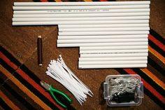 1 Ulkohimmelin tekemistä varten tarvitset valkoista sähköasennusputkea. Sahaa putkesta 6 x 30 cm:n, 6 x 40 cm:n ja 6 x 60 cm:n mittaiset palaset.<cr>Lisäksi tarvitset nippusiteitä, terävät pihdit, metrin verran metallilankaa sekä 8 metrin mittaisen ulkovalosarjan, jossa on pienet led-lamput. Holidays And Events, Led, Tableware, Christmas, Outdoors, Garden, Ideas, Xmas, Dinnerware
