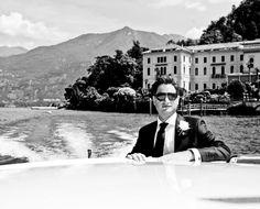 O noivo Ruston Townson com terno elegante e charmoso, andando de barco pelo Lago di Como, na Itália. Veja mais: http://yeswedding.com.br/pt/antena-yes/post/casamento-a-italiana