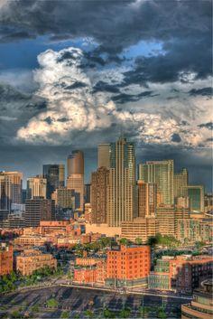 Imponente cielo cubierto de nubes moteadas sobre la ciudad de Denver, Colorado.