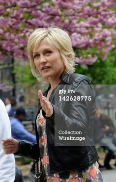 News Photo : Amy Carlson filming on location for 'Blue Bloods'. Short Hair With Layers, Short Hair Cuts, Short Hair Styles, Short Bob Hairstyles, Cute Hairstyles, Hairdos, Bangs And Glasses, Amy Carlson, Hair Loss Cure
