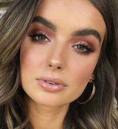 These bronze makeup looks are incredibly beautiful and scream summer like no other. Gather ideas on how to introduce some stunning bronze makeup looks to your makeup routine now. Pink Eye Makeup, Rose Gold Makeup, Eye Makeup Art, Glam Makeup, Hair Makeup, Makeup Lips, Nude Makeup, Bronze Makeup Look, Neutral Eye Makeup