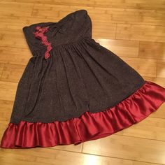 """Free People strapless dress, Sz L Short above knee dress, Silk ruffled bottom, elastic at back, no lining. Material is polyester, rayon, nylon, spandex. Layed flat: Bust is 14' length from side pit to bottom is 26"""". Fabric has stretch. Color is glittery dark purple and maroon. Free People Dresses Mini"""
