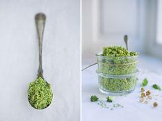 Broccoli Pesto (ca ½ liter): 1 broccoli, saft fra 1/2 citron, et par stilke basilkum eller salvie, 1,2 dl hasselnødder, 1-2 fed hvidløg, 1,2 dl hampefrøolie, salt  peber. Blend broccoli. Hæld kogende vand over, lad stå 10 sekunder. Hæld vandet fra. Køl af (fx i koldt vand). Blend alt sammen. Smag til med mere olie, salt og peber. Godt til pasta eller på brød.
