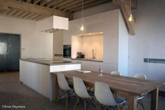 Nice kitchen with Eames Plastic Sice Chairs DSW