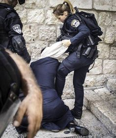 Picture showing the Israeli occupation army assault on Palestinian women and prevent them from entering Jerusalem