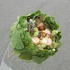 Laura Leong combines ginko leaves, clematis seed heads, pink roses, passion flower and horse chestnuts. Floral Bouquets, Wedding Bouquets, Floral Wreath, Bouquet Flowers, Modern Flower Arrangements, Hand Bouquet, Arte Floral, Deco Design, Bridal Flowers