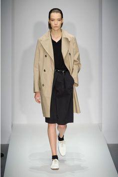 Le minimalisme, les silhouettes épurées, tous les créateurs ou presque s'y sont essayé au moins une fois. Mais il y a des créateurs pour qui c'est un ADN.  http://www.elle.fr/Mode/Les-defiles-de-mode/Pret-a-Porter-Printemps-Ete-2015/Femme/Londres/Margaret-Howell/Fashion-Week-Margaret-Howell-et-son-magnifique-minimalisme-2780442