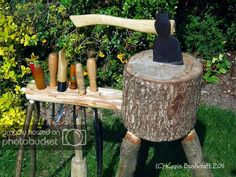 I decided today to modify the axe block i use for shows and exhibitions (see here for original post on making the block), when I've been u. Wooden Bowls, Wooden Pegs, Carving Tools, Wood Carving, Green Woodworking, Woodworking Jigs, Woodworking Projects, Wood Knife, Wood Spoon