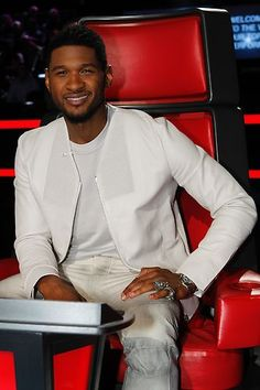 Usher #TheVoice  i love the voice and he is one of the teacher people that makes me like it better