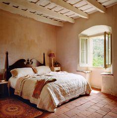 El cabecero y la mesilla de noche de este dormitorio son piezas antiguas restauradas