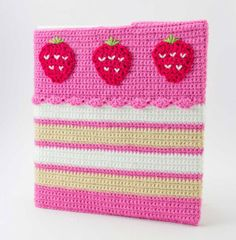 How cute is this idea? #Crochet your kids a strawberry cake binder #cozy. They would be the talk of the classroom.   Funda